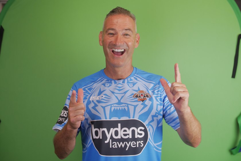 Blue Wiggle Anthony Field modelling the new beyondblue run-out shirt.